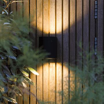 éclairage extérieur halo up-down dark lifestyle